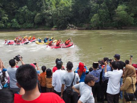 Keliling Sumsel Nonton Balap Perahu Naga