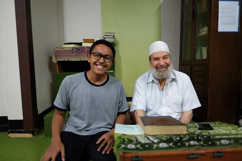 Berfoto bersama Dr. Abdul Wahab yang sudah di berdakwah di Korea sejak 1982