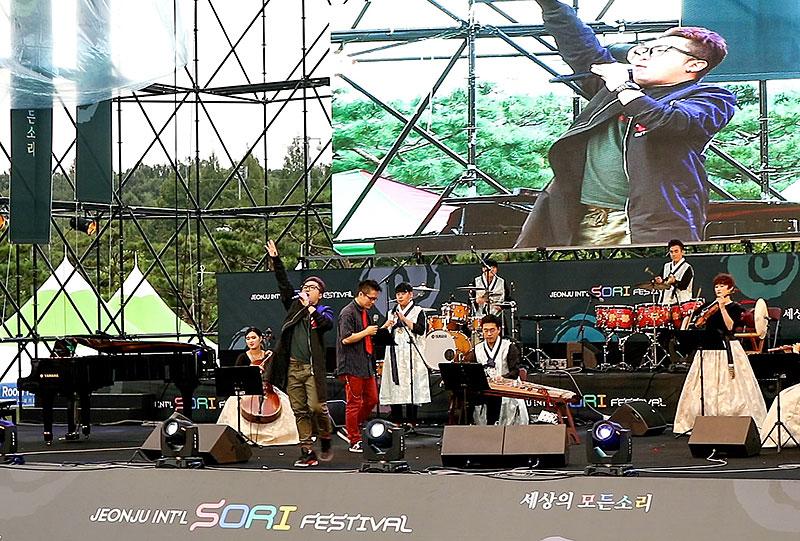 Pertunjukan musik tradisional korea dan lainnya di panggung terbuka
