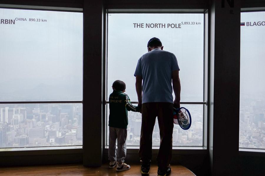 Di dalam kaca-kaca seoul tower ada marka jarak ke berbagai kota di dunia.