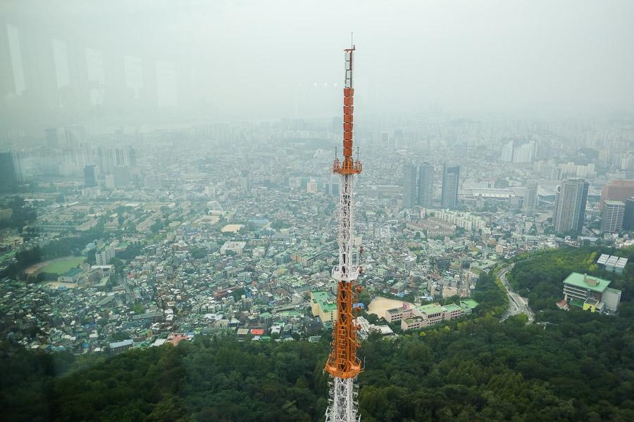 Tower seluler di sebelah Seoul Tower