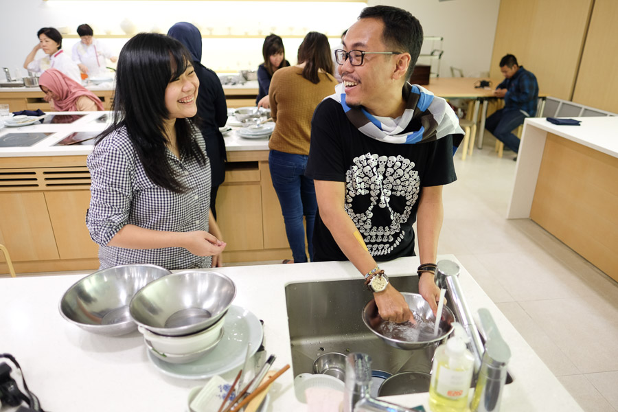 Selain blogger manja, ternyata cumi lebay juga adalah tukang cuci piring.