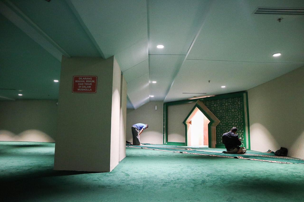 Musholla yg di counter check in belum selesai. Ini musholla di boarding room. Hanya ada satu?