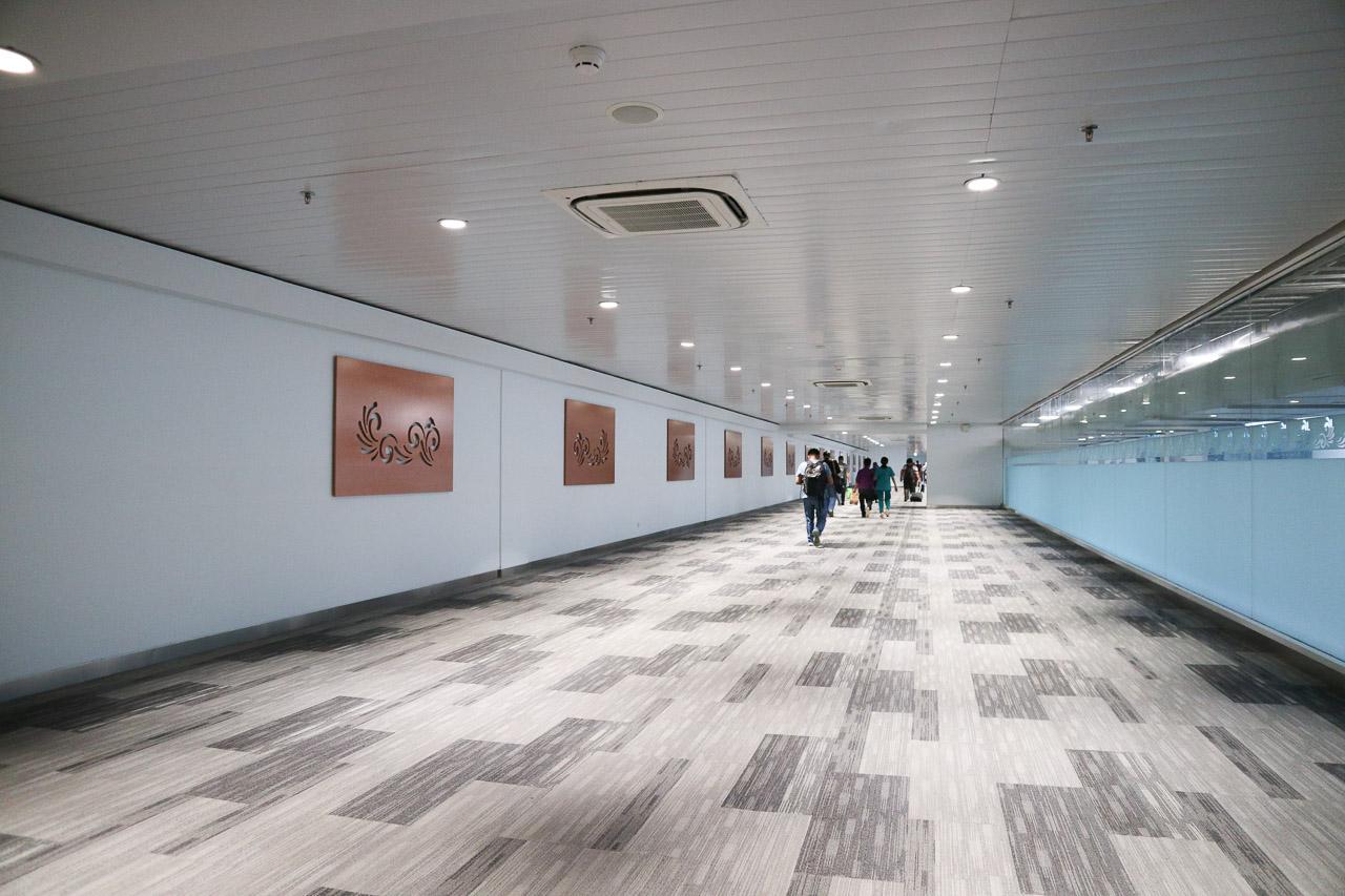Hiasan di dinding setelah keluar dari garbarata saat kedatangan. Agak monoton hiasan dindingnya karena sama sepanjang lorong.