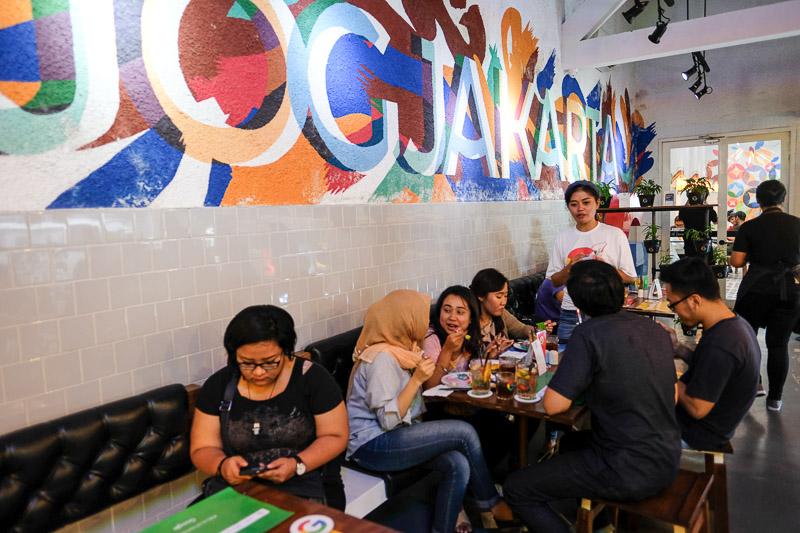 "kata kunci, ""cafe cozy di jogja"". Ada yang tahu tempat ini? Ini tempat Rangga reuni dengan Cinta loh!"