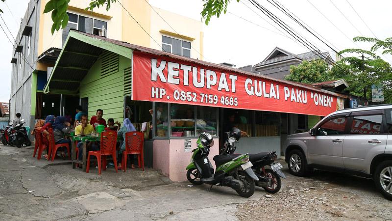 Oke ini bukan gedung tapi ini enak buat sarapan. Ketupat sayur gulai paku. Cocok buat sarapan, ada di belakang masjid An-Nur.
